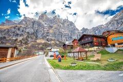 Villaggio con le alpi svizzere sbalorditive, cantone Valais, Svizzera di Leukerbad Immagini Stock Libere da Diritti