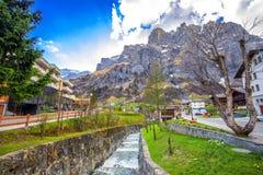 Villaggio con le alpi svizzere sbalorditive, cantone Valais, Svizzera di Leukerbad Fotografie Stock Libere da Diritti