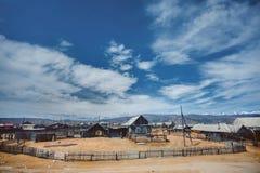 Villaggio con le montagne nei precedenti Fotografia Stock