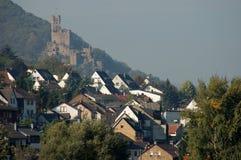 Villaggio con un castello antico Immagini Stock