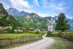 Villaggio con una chiesa antica nelle montagne Fotografia Stock Libera da Diritti