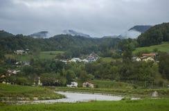 Villaggio con una montagna Immagine Stock Libera da Diritti