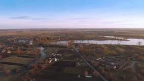 Villaggio con una vista di occhio di uccelli in autunno archivi video