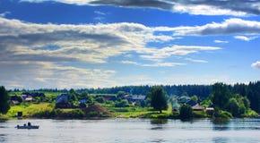 Villaggio dal fiume Fotografia Stock Libera da Diritti