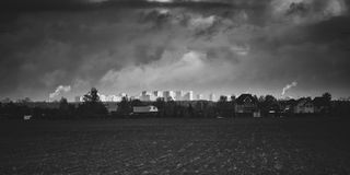 Villaggio davanti ad una città fotografia stock libera da diritti