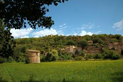 Villaggio dei reggiseni, Provenza, Francia con la colombaia del XII secolo in priorità alta contro il cielo blu e le nuvole fotografia stock