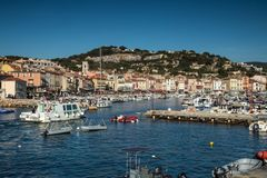Villaggio del cassis con il porto, francese fotografia stock libera da diritti