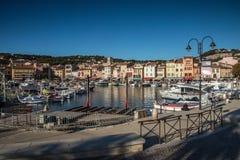 Villaggio del cassis con il porto, francese immagine stock libera da diritti