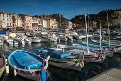 Villaggio del cassis con il porto, francese fotografia stock