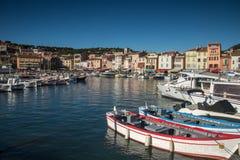 Villaggio del cassis con il porto, francese immagini stock