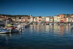 Villaggio del cassis con il porto, francese fotografie stock libere da diritti