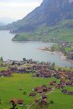 Villaggio del lago mountain nelle alpi, Svizzera. Fotografia Stock