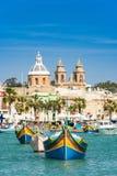 Villaggio del pescatore e barche tradizionali, Malta fotografia stock