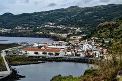 Villaggio del porto con una chiesa Immagini Stock Libere da Diritti