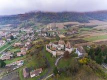 Villaggio del sassone di Alma Vii e chiesa fortificata nella Transilvania, ROM Fotografia Stock Libera da Diritti