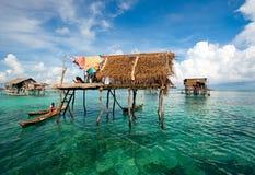Villaggio del trampolo di Bajau Laut Immagine Stock