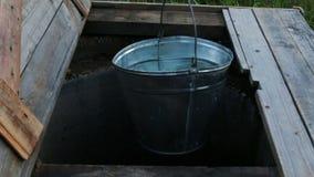 Villaggio dell'acqua del secchio del pozzo della Russia stock footage
