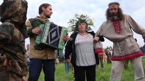Villaggio dell'universo, provincia di Almaty, il Kazakistan - 16 agosto 2015: Il festival di musica etnica Forey, molta gente stock footage