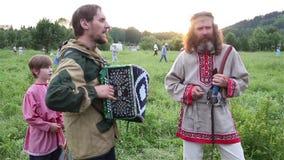 Villaggio dell'universo, provincia di Almaty, il Kazakistan - 16 agosto 2015: Il festival di musica etnica Forey, molta gente archivi video
