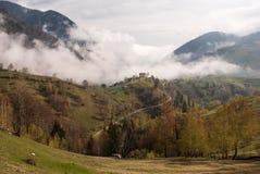 Villaggio della collina della nebbia Fotografia Stock Libera da Diritti