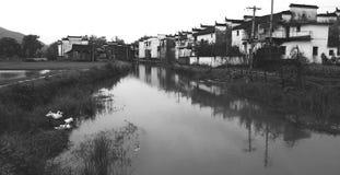 Villaggio della riva del fiume Fotografie Stock Libere da Diritti