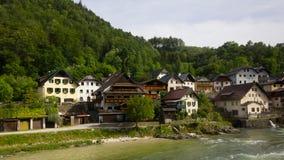 Villaggio della riva del fiume in Austria Fotografia Stock