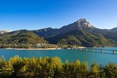Villaggio della Savines-le-bacca con il grande Morgon e lago Serre-Poncon di estate Alpi, Francia Fotografia Stock Libera da Diritti