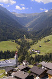 Villaggio della valle di Mountaiin in alpi austriache Fotografia Stock Libera da Diritti