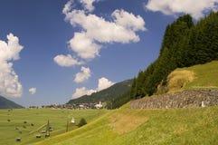 Villaggio della valle di Mountaiin in alpi austriache Fotografie Stock Libere da Diritti