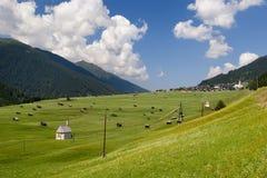 Villaggio della valle di Mountaiin in alpi austriache Immagini Stock Libere da Diritti