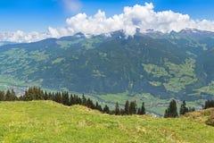 Villaggio della valle di Zillertal circondato dalle montagne durante l'estate i Immagini Stock Libere da Diritti