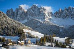 Villaggio delle dolomia nell'inverno Fotografie Stock Libere da Diritti