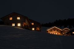 Villaggio dello sci alla notte Fotografia Stock