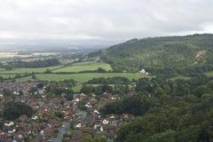 Villaggio di Abergele, città circondata dalla campagna con il villaggio britannico del nord, del fondo di Galles, le nuvole e la  Fotografia Stock Libera da Diritti