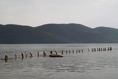 Villaggio di Akyaka che passa attraverso il fiume Immagini Stock