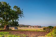 Villaggio di Alnmouth attraverso l'estuario di Aln Fotografie Stock Libere da Diritti