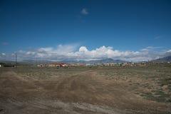 Villaggio di Altai nel deserto e cielo con le nuvole di estate Immagini Stock Libere da Diritti