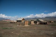 Villaggio di Altai nel deserto e cielo con le nuvole di estate Fotografie Stock Libere da Diritti