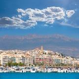 Villaggio di Altea a Alicante con la priorità alta delle barche del porticciolo Fotografia Stock Libera da Diritti