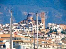 Villaggio di Altea a Alicante con la priorità alta delle barche del porticciolo Immagini Stock Libere da Diritti
