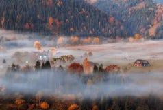 Villaggio di Autumn Ukrainian Carpathian nella foschia Fotografie Stock Libere da Diritti