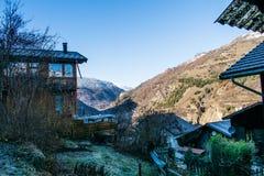 Villaggio di autunno della montagna delle alpi con gli alberi fotografia stock