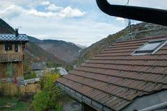 Villaggio di autunno della montagna delle alpi con il vecchio tetto degli alberi fotografia stock libera da diritti