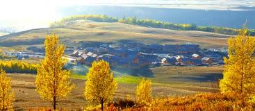 Villaggio di autunno prima di alba Immagini Stock