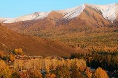 Villaggio di Baihaba con la montagna della neve Fotografia Stock