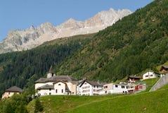 Villaggio di Bedretto sulla parte italiana delle alpi svizzere Immagini Stock