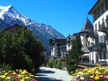 Villaggio di CHAMONIX MONT BLANC con l'alto paesaggio alpino della gamma di montagne in ALPI francesi immagine stock libera da diritti