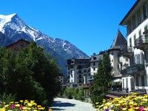 Villaggio di CHAMONIX MONT BLANC con l'alto paesaggio alpino della gamma di montagne in ALPI francesi Fotografie Stock
