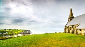 Villaggio di Etretat, scogliera di Aval e della chiesa La Normandia, Francia Fotografie Stock Libere da Diritti