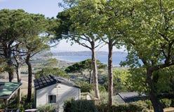 Villaggio di festa con la vista di oceano Immagini Stock